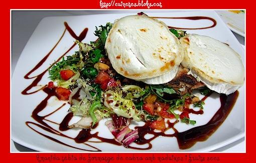 Amanida tèbia de formatge de cabra amb maduixes i fruits secs