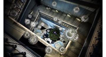 Escala de l'hotel amb una làmpada espectacular!