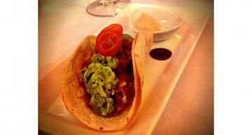 Burrito de tataki de tonyina amb guacamole, gingebre confitat i soja!