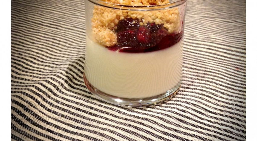 Pannacotta, compota de fruits vermells i Crumble