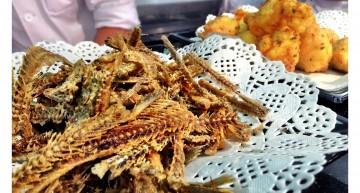 Espines d'anxova fregides i bunyols de bacallà