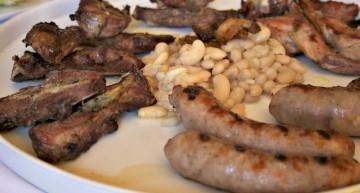 Graellada de carn a la brasa amb mongetes del ganxet amb cansalada