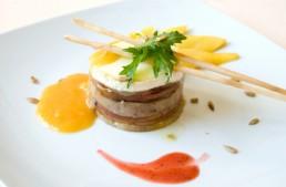 Torrada de foie amb poma caramel·litzada formatge de cabra i salsa de mango