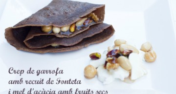 Creps de garrofa amb recuit de Fonteta i mel d'acàcia amb fruits secs