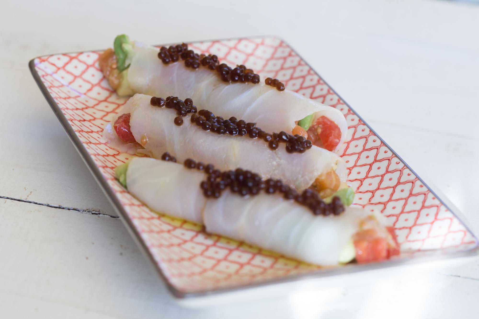Rotllets de bacallà farcits de salmó fumat, ceba, tomàquet i alvocat (Espai Tonyina)