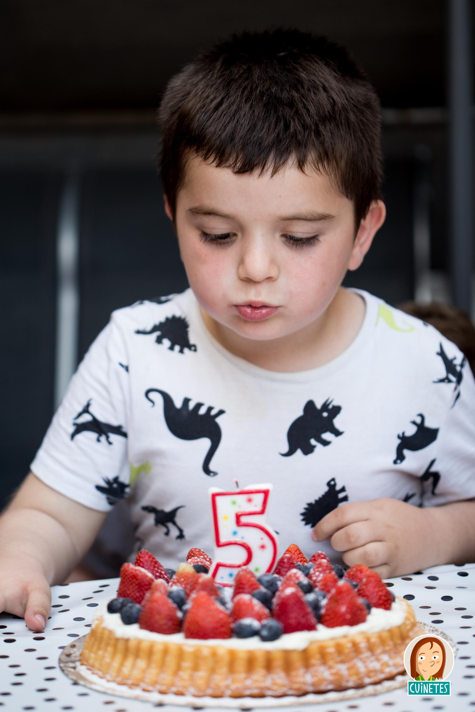 l'Èric bufant les espelmes del seu pastís. Ens va demanar un p